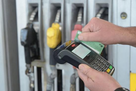 Desde el Gobierno quieren generalizar el uso de tarjetas para pagar el combustible